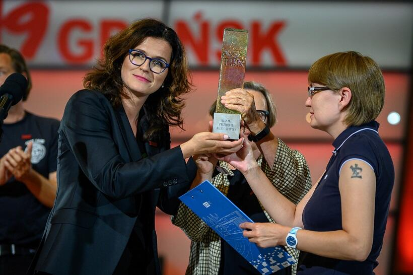 ECS 24.08. 2019 r. Aleksandra Dulkiewicz, prezydent Gdańska przekazuje na ręce Natalii Kapłan nagrodę dla więzionego w łagrze Olega Sencowa