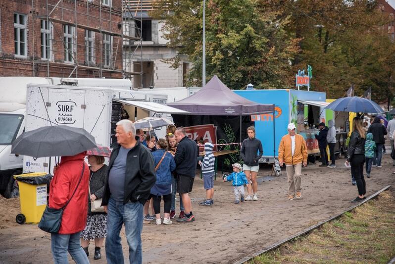 Znane i lubiane foodtrucki na festiwalu towarzyszącym Retro Dolne Miasto