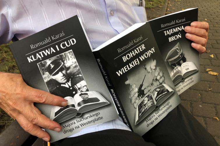 Trzy tomy opowieści Romualda Karasia o drodze majora Sucharskiego na Westerplatte - po to, by dać świadectwo prawdzie. Za jakiś czas ma ukazać się czwarty