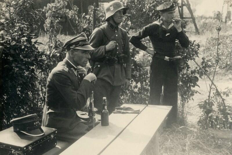 Major Henryk Sucharski po kapitulacji na Westerplatte, pod strażą niemieckich żołnierzy