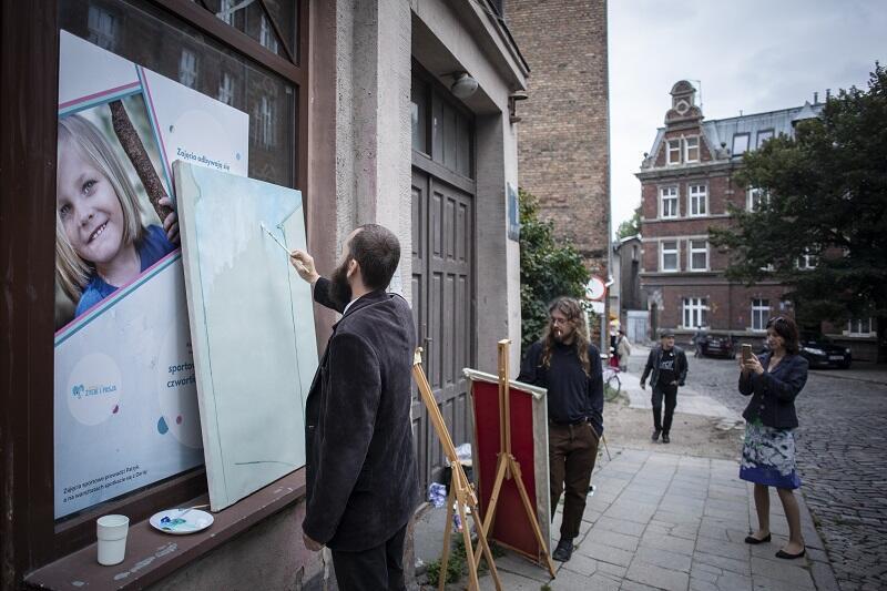 II Święto Ulicy Biskupiej rozpoczęło się akcją artystyczną, podczas której malarze z Akademii Sztuk Pięknych w Gdańsku wspólnie z mieszkańcami tworzyli obrazy ulicy Biskupiej – `Gdański Montmartre`