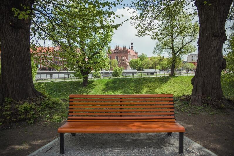 Przestrzeń rekreacyjna na Biskupiej Górce, nad Kanałem Raduni - widok na kościół św. Trójcy. Dzięki projektom zgłoszonym przez mieszkańców wiele miejsc w Gdańsku zmieniło się na lepsze. W ramach BO 2020 do wykorzystania jest 18,5 mln zł