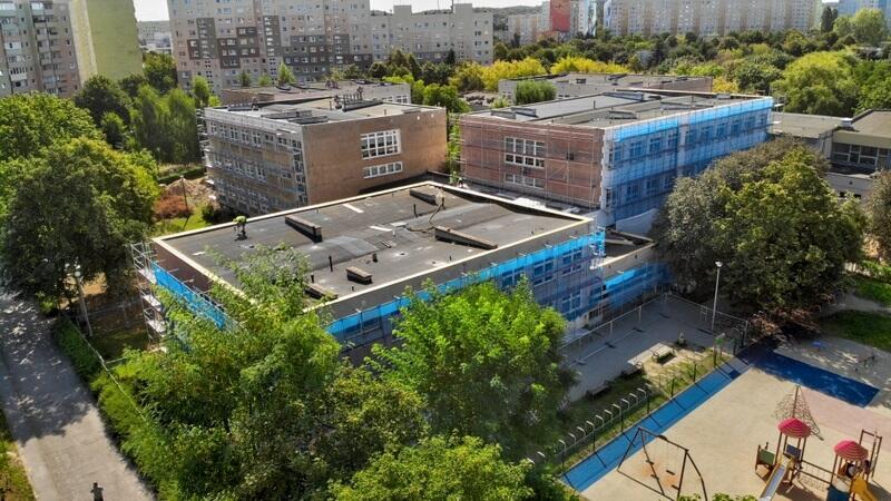 Na budynku Szkoły Podstawowej nr 92 przy ul. Startowej 9 trwa izolacja fundamentów, równolegle prowadzone są prace mające na celu ocieplenie ścian