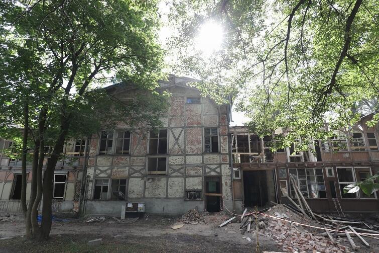 Obecnie prowadzone są prace rozbiórkowe tzw. wtórnych elementów zabudowy, niezabytkowych, m.in. posadzek, ścian działowych i obudowy sufitów