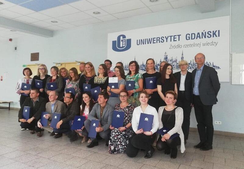 Absolwenci Gedanistyki 2018/2019 - pierwszy z prawej stoi prof. Sławomir Kościelak