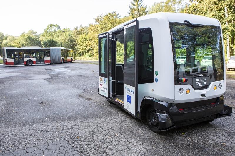 Autonomiczny bus dowozi pasażerów do gdańskiego zoo (od parkingu do bramy głównej)