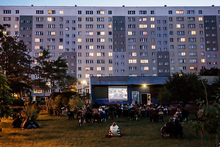 Kino w blokowisku to organizowany od kilku lat cykl pokazów filmowych pod gołym niebem - początkowo tylko przy klubie Plama, a od kilku edycji także i przy brzeźnieńskiej Projektorni