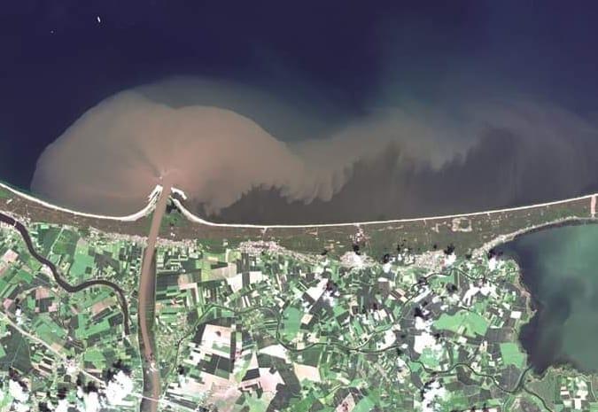 To zdjęcie satelitarne daje wyobrażenie, jak wygląda wlew wód Wisły do Zatoki Gdańskiej. Wykonano jej po powodzi 2 czerwca br.