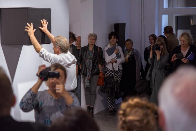 Wernisaż uświetnił performance Janusza Bałdygi, jednego z artystów, którego praca jest prezentowana na wystawie