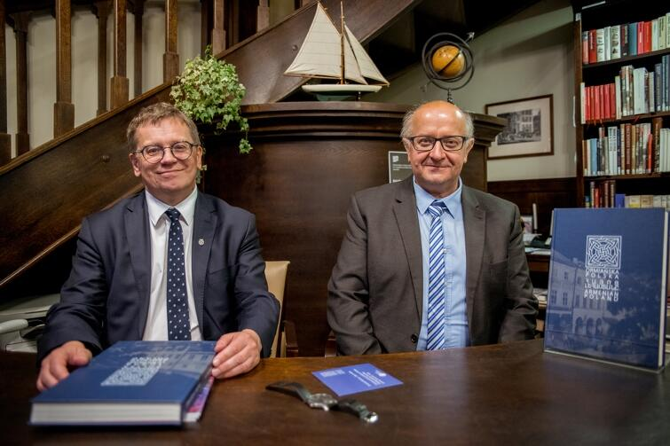 Profesorowie Uniwersytetu Jagiellońskiego (od lewej): Krzysztof Stopka i Andrzej Zięba promowali swoje najnowsze wydawnictwo: 'Ormiańska Polska'
