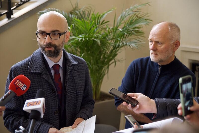Od lewej: Tomasz Janiszewski i Jarosław Paczos - wiceprezesi Forum Rozwoju Aglomeracji Gdańskiej na konferencji prasowej przed złożeniem u wojewody pomorskiego listu kampanii #ChodziOżycie