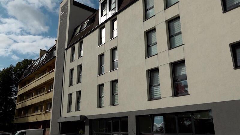 W prawej części DPS Polanki  została wykonana kompleksowa modernizacja. Na remont czeka kolejna część budynku, widoczna na zdjęciu po lewej stronie