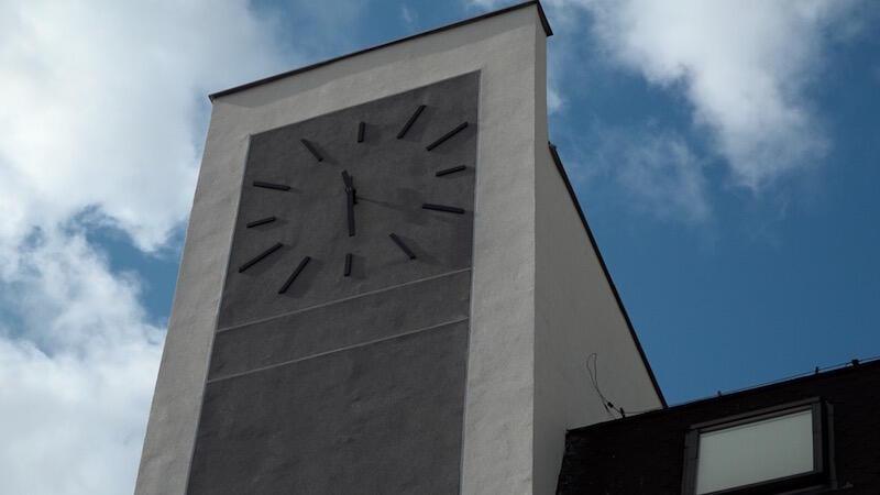Na szycie wyremontowanej części budynku umieszczono olbrzymi zegar. Ma on wymiar nie tylko praktyczny, ale też symboliczny