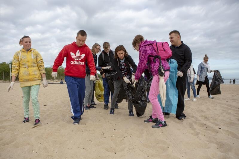 Piątkowe sprzątanie dotyczy przede wszystkim plaż, ale nie tylko - odpady zbierane będą w całym pasie nadmorskim, m.in. na terenach parkowych