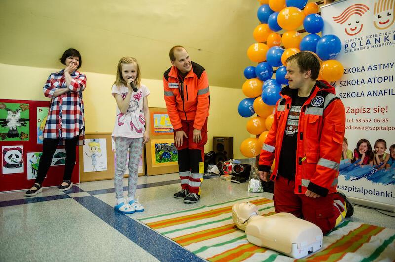 Lekcje udzielania pierwszej pomocy bardzo często pojawiają się na dziecięcych festynach. Nauka zdobyta podczas takich lekcji, może kiedyś uratować ludzkie życie