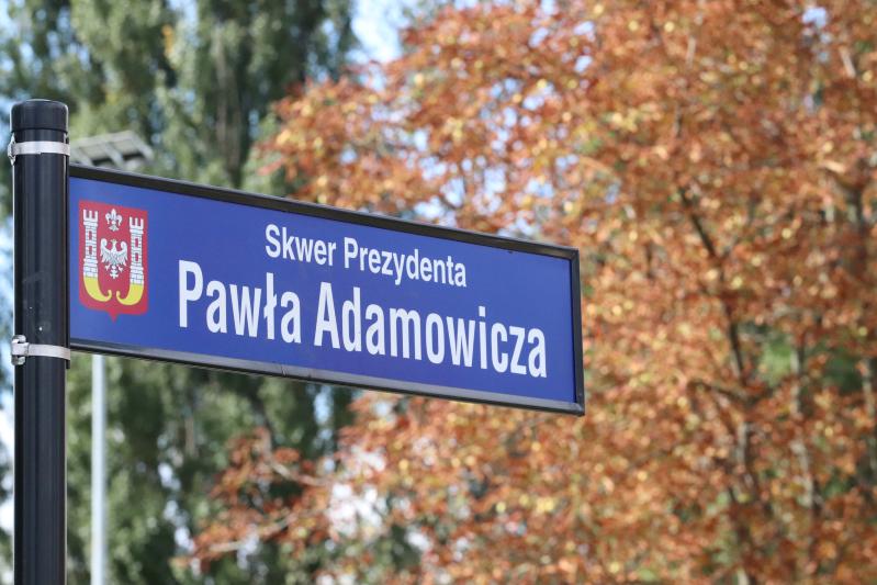 Odsłonięta w czwartek, 19 września, tablica z nazwą skweru i herbem Inowrocławia