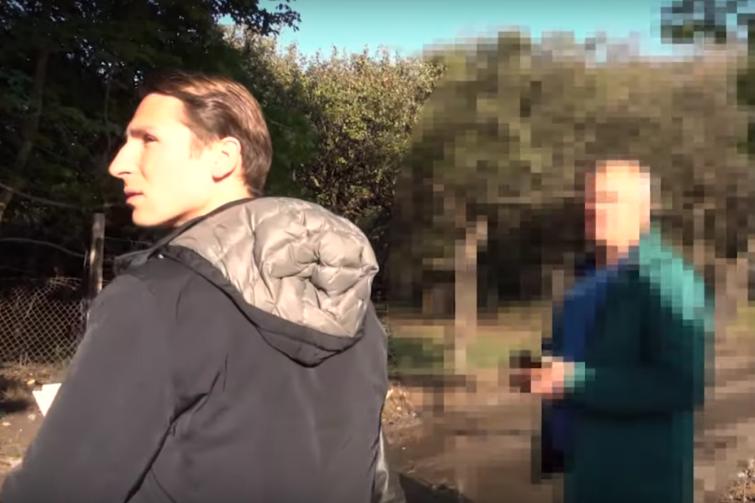 Radny Kacper Płażyński (PiS) w trakcie interwencji na rzecz syna sadownika