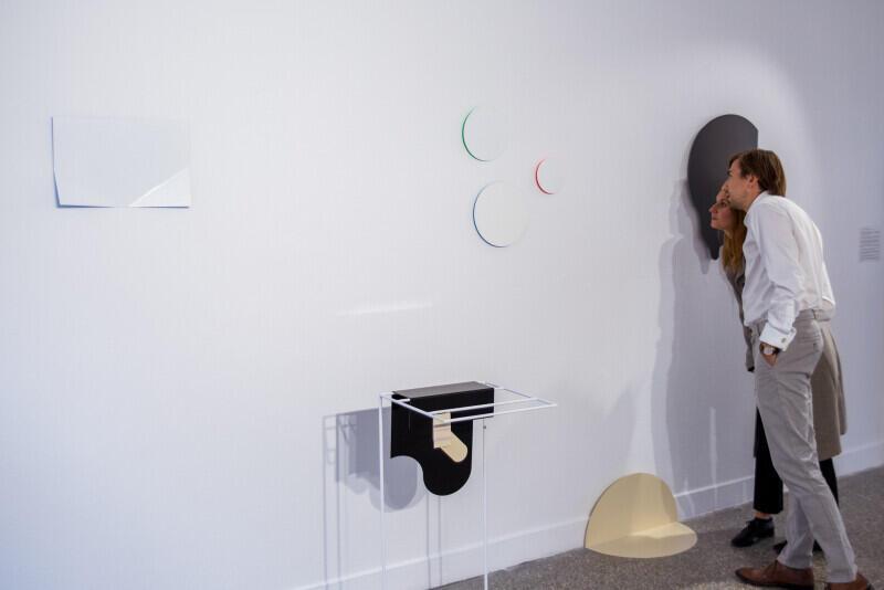 """Wystawa """"Tylko zepsute zegary pokazują dokładny czas"""" prezentowana jest w Gdańskiej Galerii Miejskiej 2, od 13 września do 10 listopada 2019 r."""