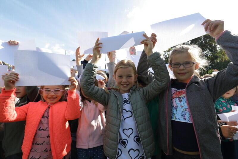 Tworzenie żywej flagi narodowej to w Szkole Podstawowej w Gdańsku już tradycja