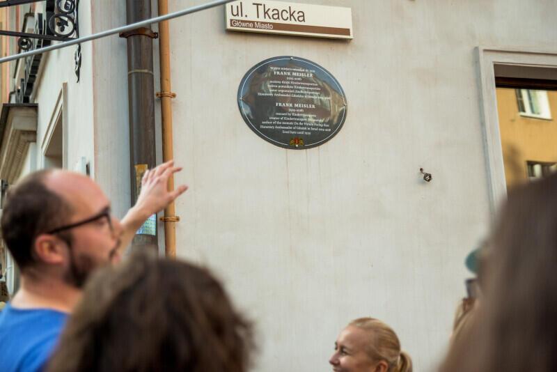 Tablica pamiątkowa urodzonego w Gdańsku rzeźbiarza Franka Meislera, który stworzył pomnik Kindertransport, znajdujący się dziś przy dworcu głównym w Gdańsku