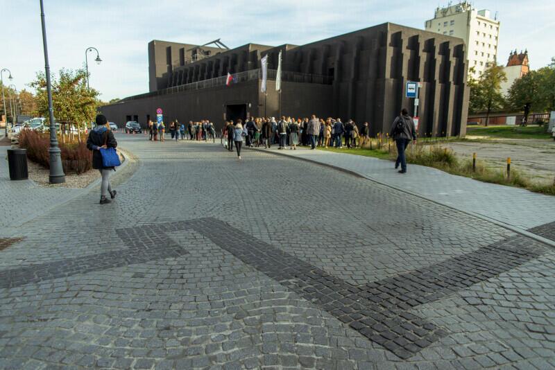 Tu znajdowała się Wielka Synagoga - na kostce brukowej widać obrys budowli