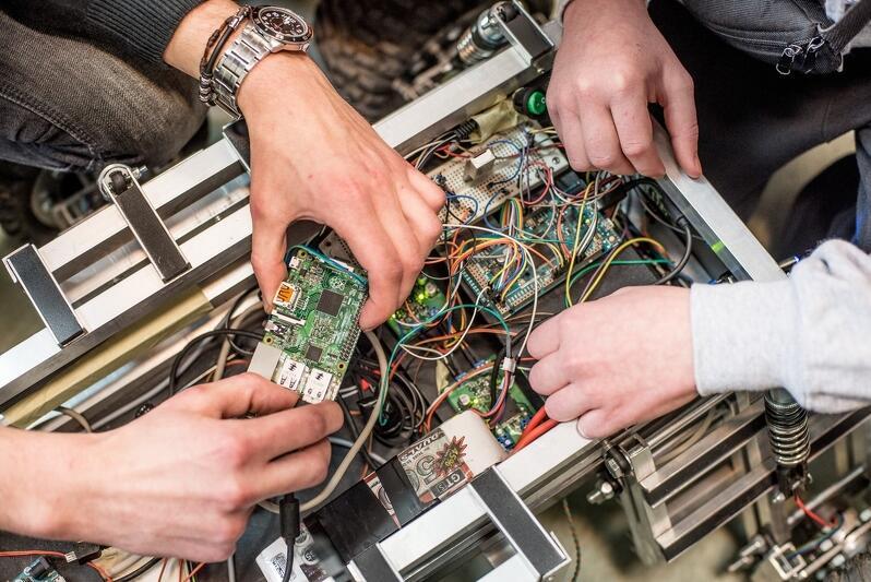 Uczestnicy bezpłatnych zajęć nie tylko poszerzą swoją wiedzą, dowiedzą się np. czym jest robotyka, ale przede wszystkim zyskają nowe zainteresowania