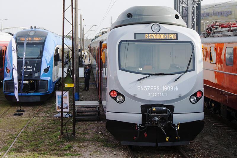 Targi to stoiska wystawców w halach oraz ekspozycja plenerowa tramwajów, lokomotyw i wagonów
