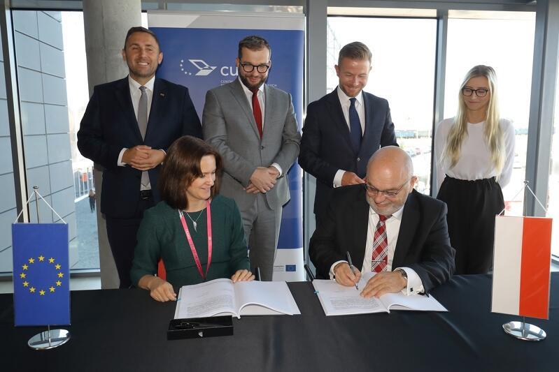 Uroczyste podpisanie umowy na dofinansowanie zintegrowanego biletu dla Pomorza. Nz. umowę podpisują: Joanna Lach, p.o. dyrektora CUPT i Krzysztof Rudziński, prezes InnoBaltica