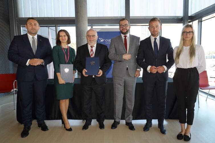 Uroczyste podpisanie umowy na dofinansowanie zintegrowanego biletu dla Pomorza odbyło się we wtorek, 24 września 2019 roku, podczas targów Trako w Gdańsku