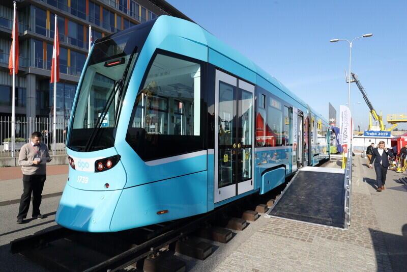 """Stadler, niemiecki producent z fabryką w Siedlcach, prezentuje tramwaj Tango NF2 """"nOVA"""""""