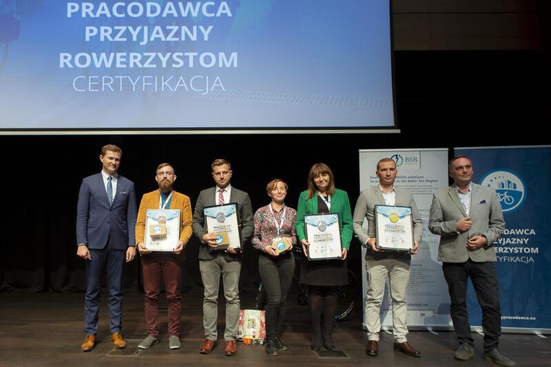 Certyfikaty wręczał podczas uroczystej gali Zastępca Prezydent Gdańska, Piotr Grzelak (pierwszy z lewej)