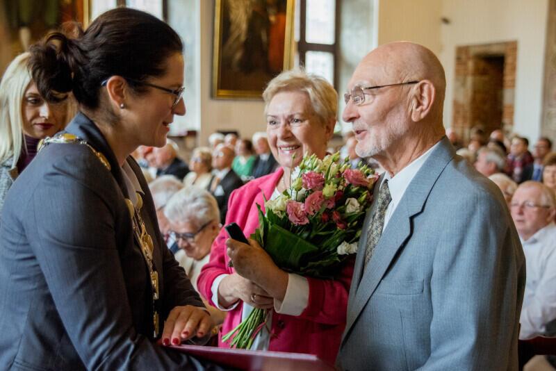 Parom z imponującym małżeńskim stażem medale i ordery wręczyła prezydent Gdańska Aleksandra Dulkiewicz