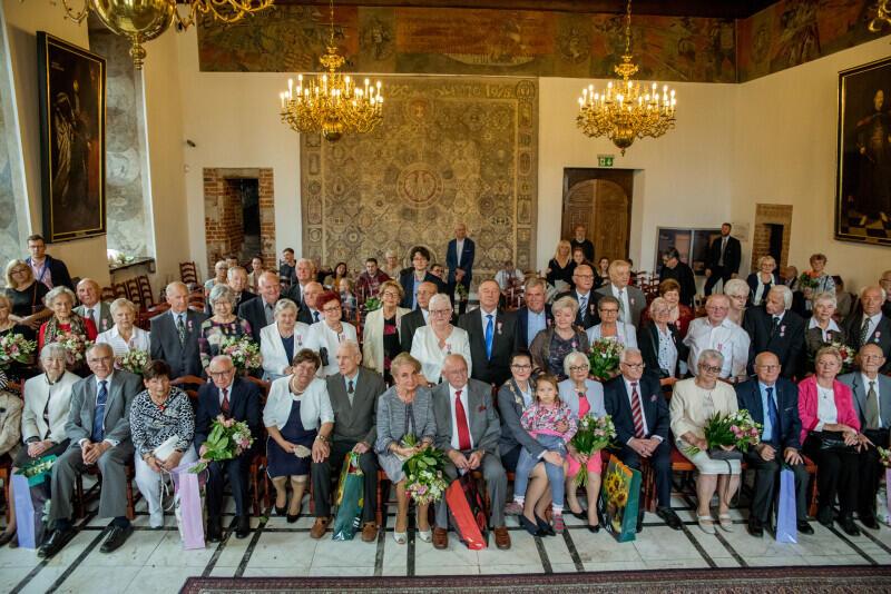 Pary, które w środę, 25 września, obchodziły małżeński jubileusz, w Wielkiej Sali Wety Ratusza Głównego Miasta