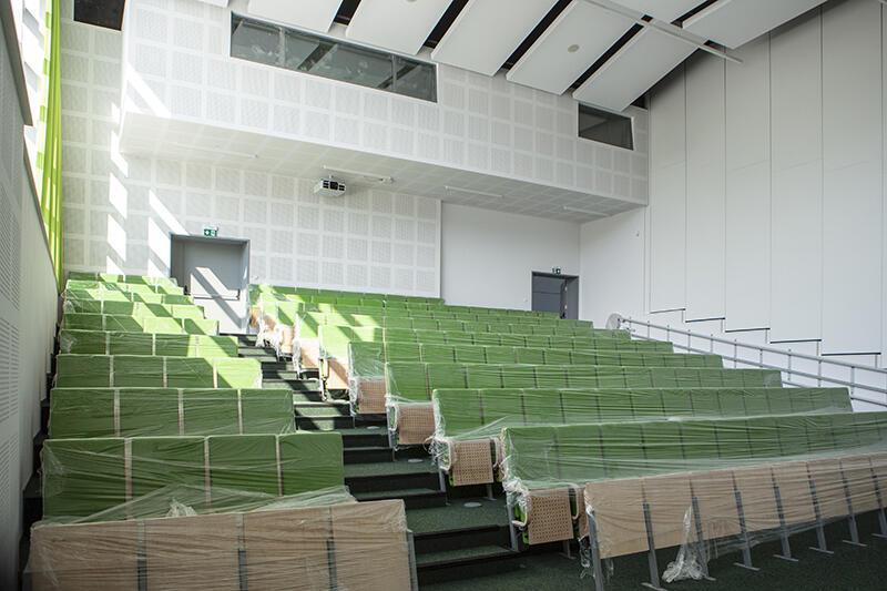 Studenci informatyki o profilu praktycznym mają szczęście, bo rozpoczną naukę w bardzo nowoczesnych przestrzeniach. W budynku pachnie jeszcze farbą, a krzesła w auli okryte są folią. Niebawem zasiąść tu będzie mogło 170 osób