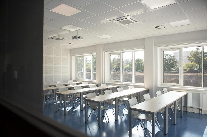 Nowoczesne sale dydaktyczne z dużymi oknami i automatycznymi roletami - tutaj będą się uczyć studenci informatyki