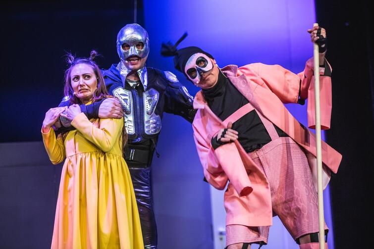 """""""Czarnoksiężnik z Krainy Oz"""". Od lewej: Magdalena Żulińska (Dorotka), Piotr Kłudka (Blaszany Drwal) i Andrzej Żak (Strach na Wróble)"""