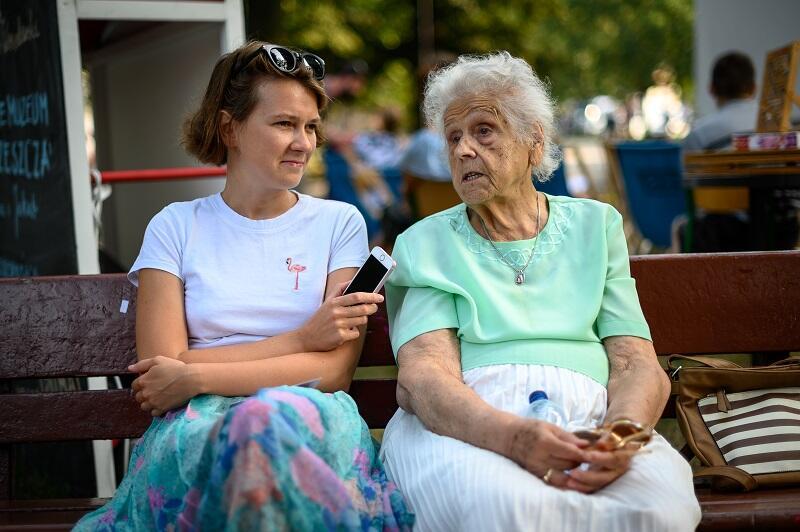 Natalia Koralewska w rozmowie z wrzeszczanką, która postanowiła podzielić się swoją dzielnicową historią podczas wydarzenia `Zrozumieć Wrzeszcz` w Parku De Gaulle`a