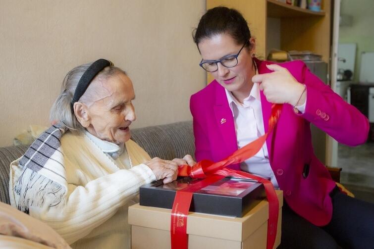 Z okazji 106. urodzin, solenizantkę Emę Tomaszko odwiedziła prezydent Gdańska Aleksandra Dulkiewicz