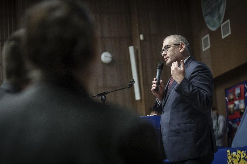 Przemawia Piotr Kowalczuk, zastępca prezydenta Gdańska ds. edukacji i usług społecznych