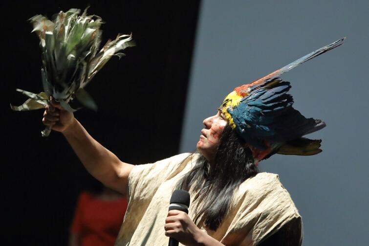 Przed i po debacie, Manari Ushigua, wódz i szaman indiańskiego plemienia, odśpiewał tradycyjne szamańskie modły