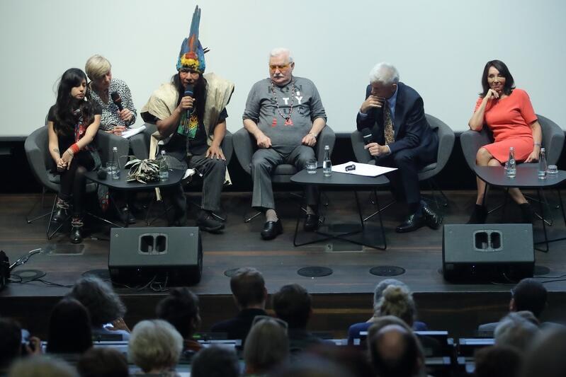 W debacie wzięli udział (od lewej): Antonella Calle, Manari Ushigua i Lech Wałęsa. Towarzyszyła im Ewa Ewart