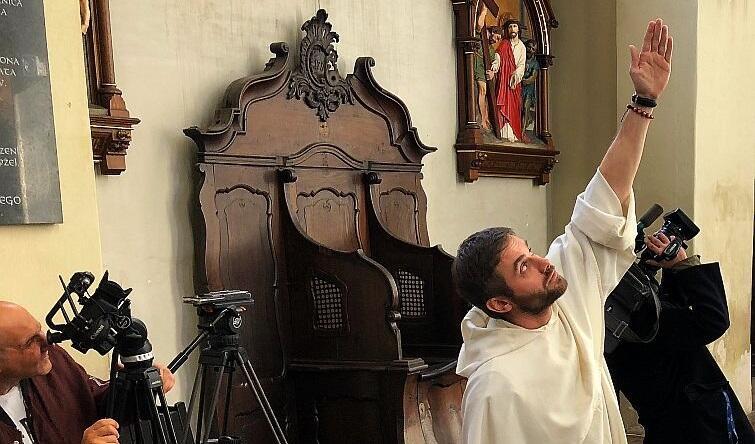 Koniec października 2018 roku, przeor klasztoru Dominikanów i proboszcz parafii św. Mikołaja o. Maciej Okoński pokazuje dziennikarzom pęknięcia na sklepieniu kościoła