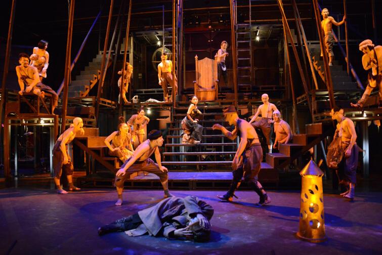 Jest jednym z najbardziej reprezentatywnych spektakli Terayamy, który Teatr Laboratorium Tenjō Sajiki zagrał więcej niż sto razy w ponad 30. miastach na całym na świecie