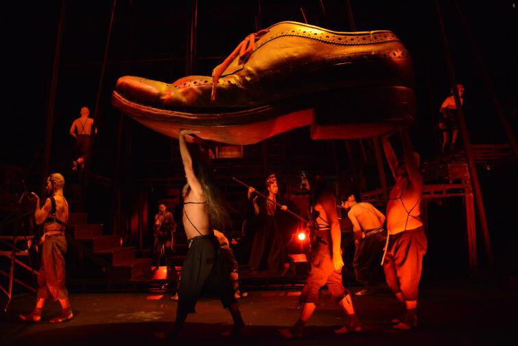 W spektaklu znajdziemy nawiązania do utworu Jonathana Swifta o podróżach Guliwera