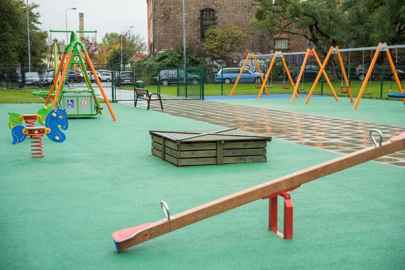 Przy szkole powstał również plac zabaw dla młodszych uczniów