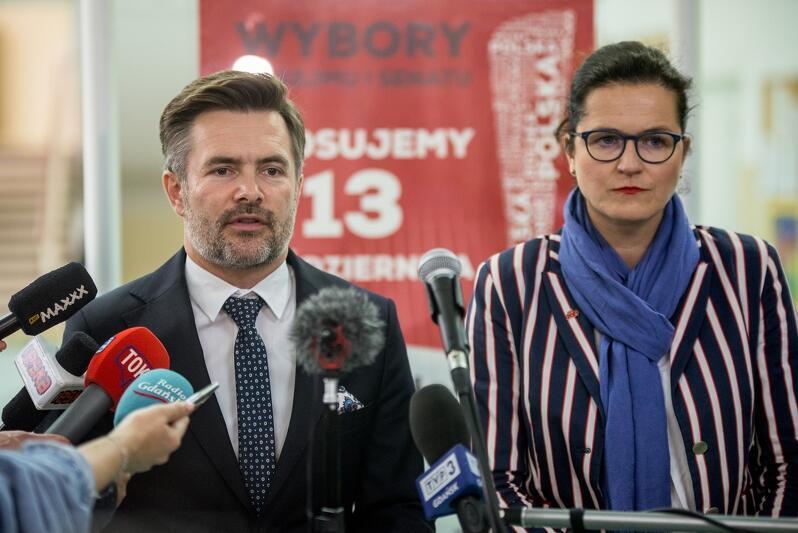Prezydent Gdańska Aleksandra Dulkiewicz oraz dyrektor Wydziału Spraw Obywatelskich Urzędu Miejskiego w Gdańsku Tomasz Filipowicz