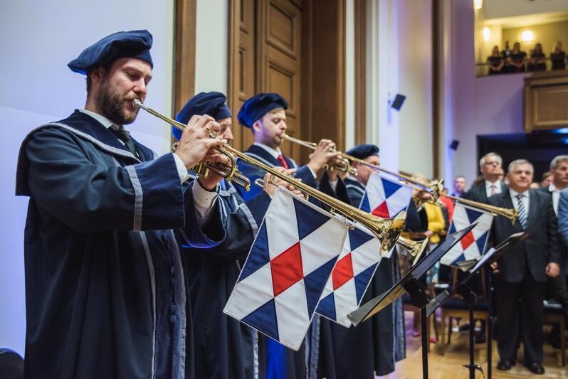 Trębacze, których gra stanowi część oprawy muzycznej inauguracji roku akademickiego na Politechnice Gdańskiej