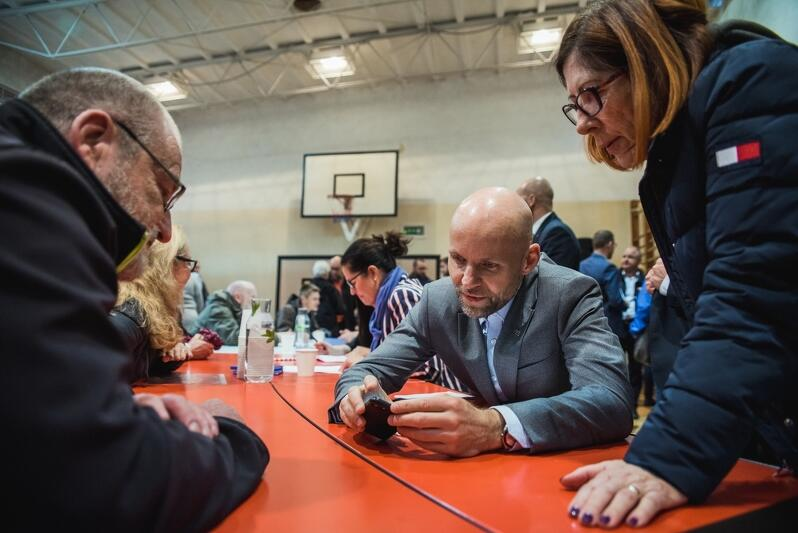 Alan Aleksandrowicz (w środku), który pełni funkcję zastępcy prezydenta Gdańska ds. inwestycji stanął w ogniu pytań. Wiele z nich dotyczyło przebudowy linii tramwajowej na Stogach. To inwestycja niezmiernie ważna, ale i uciążliwa dla mieszkańców tej dzielnicy