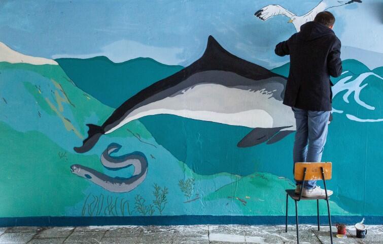 Krzesimir Jagiełło przy pracy nad muralem