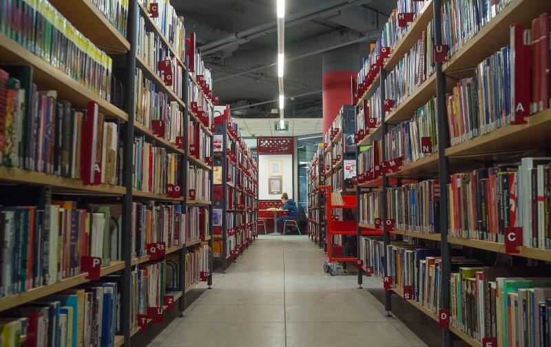 Biblioteka Manhattan, która znajduje się GCH Manhattan we Wrzeszczu będzie gościła w sobotę obu zaproszonych pisarzy. O godz. godz. 11.15 spotka się z czytelnikami Martin Widmark, a o godz. 18.15 - Arne Dahl